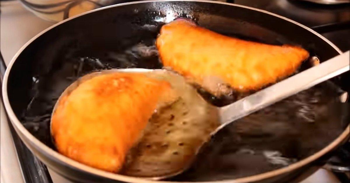 Пиріжки з картоплею і сиром на сковороді