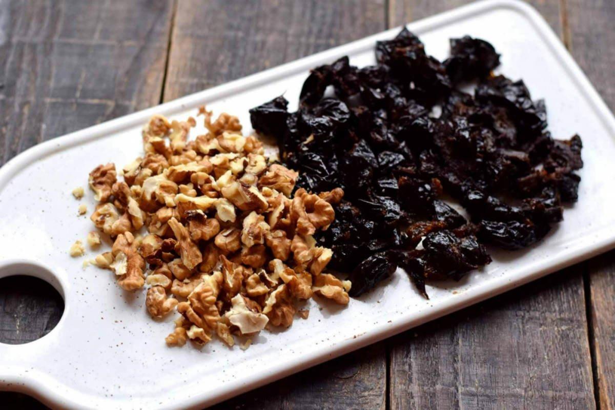 Десерт зі сметани з чорносливом і горіхами