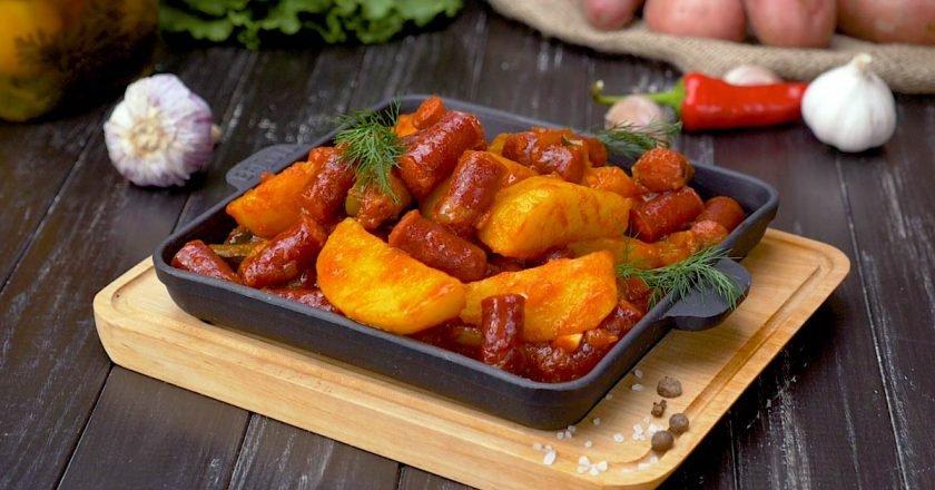 Картопля з мисливськими ковбасками на сковороді подивитися рецепт