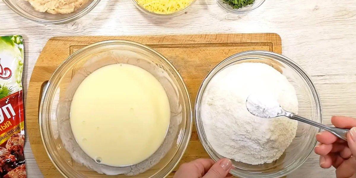 Коржі з курячим фаршем на сковороді