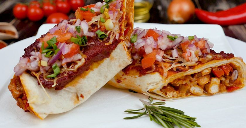 Мексиканська енчілада з куркою, квасолею і рисом - Це Смак
