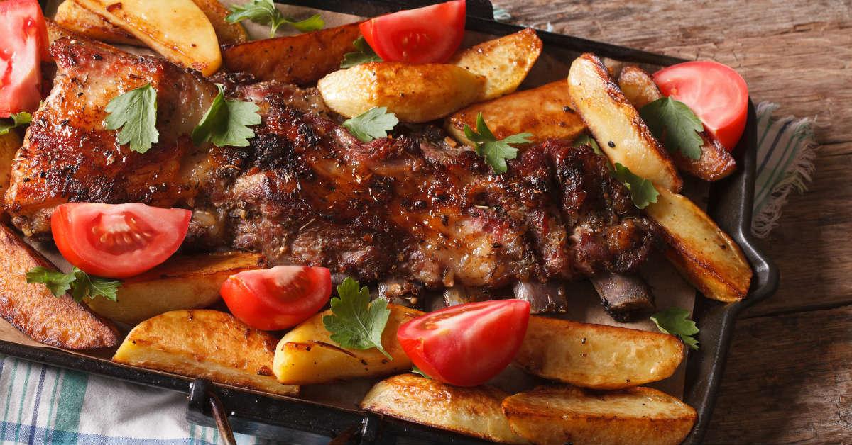 Свинячі ребра з картоплею в духовці
