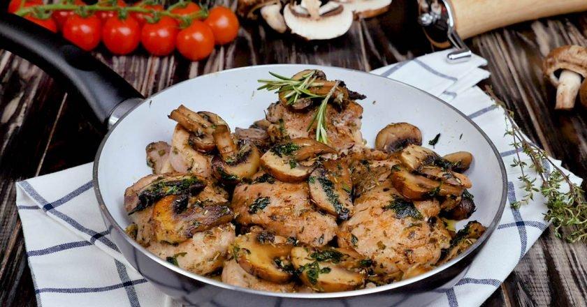 Курка з грибами на сковорідці подивитися рецепт