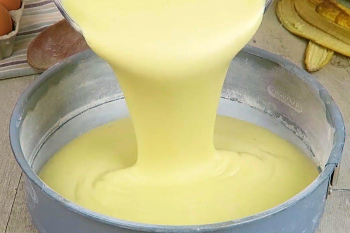 Вологий банановий пиріг на молоці