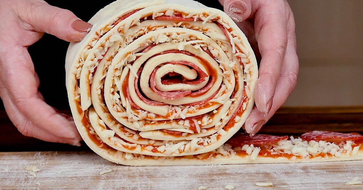 Апетитна піца-рулет з листкового тіста