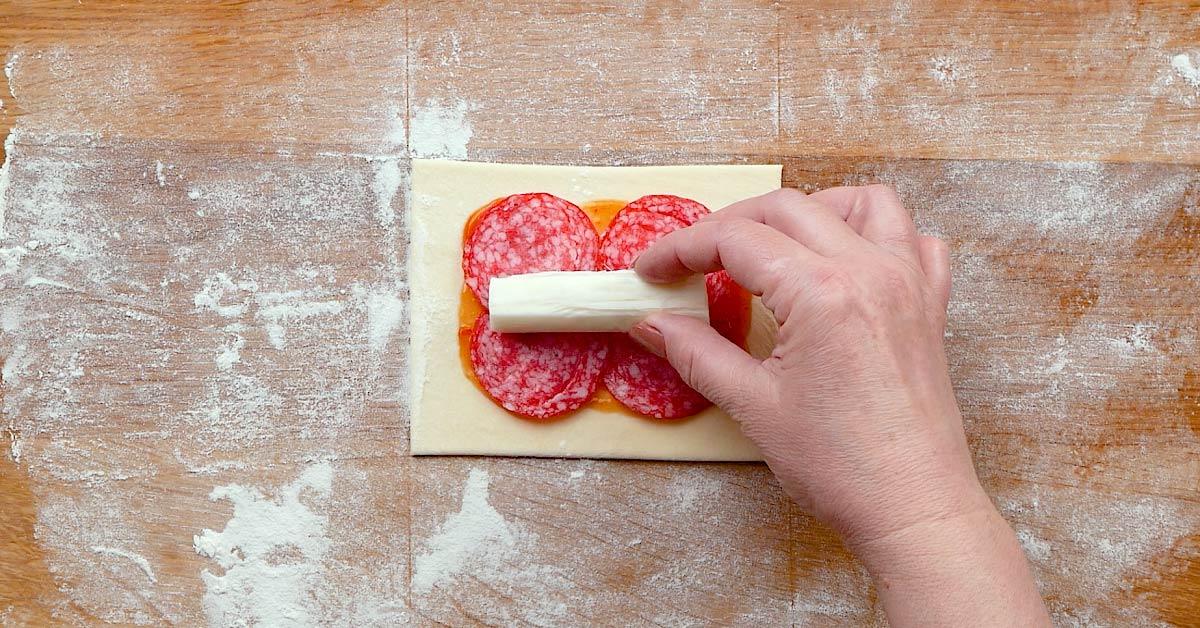 Піца в булочці з моцарелою і пепероні