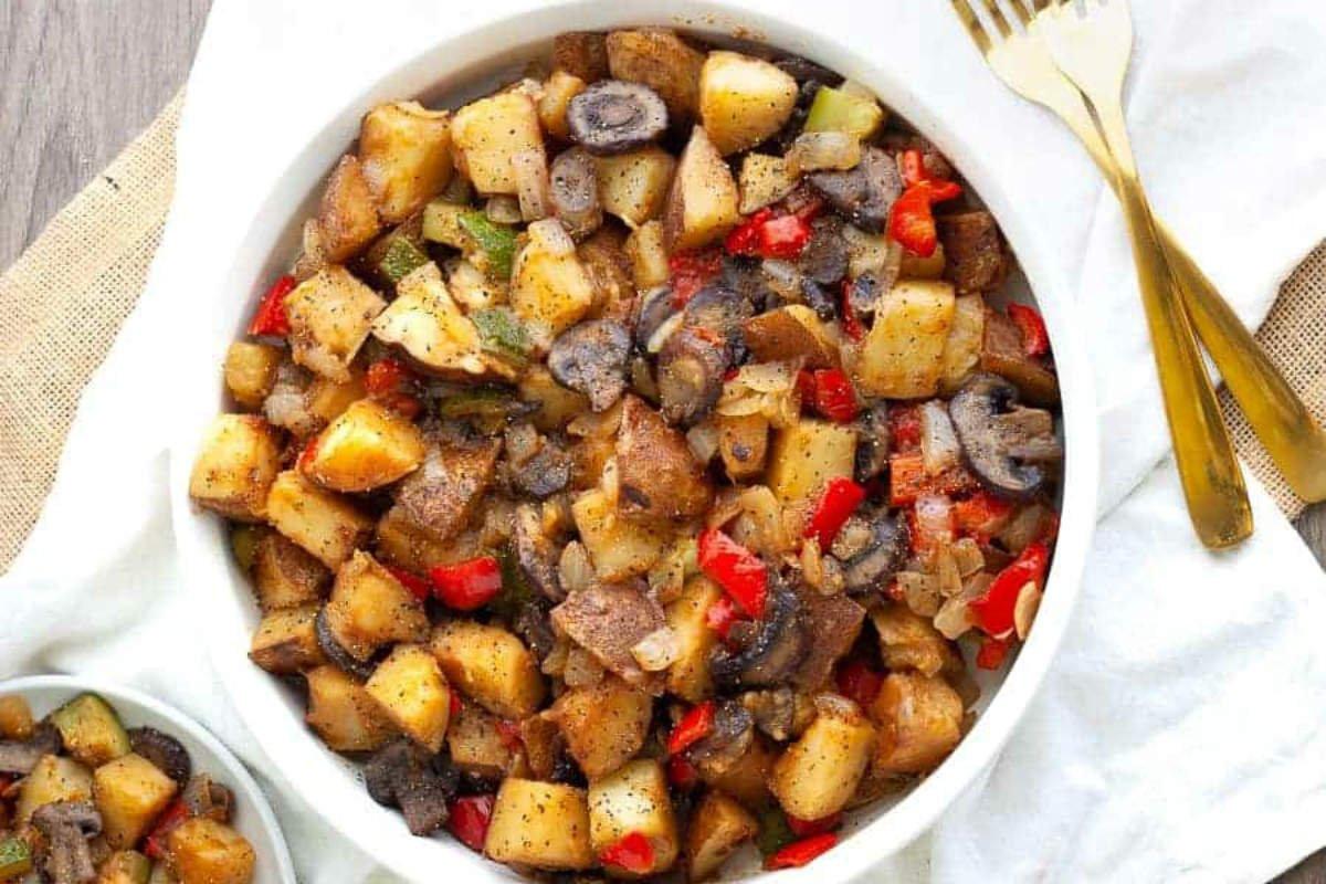 Рагу з овочів з печерицями на сковороді
